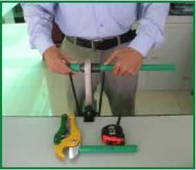 Khi máy hàn đủ nhiệt 2600 (đèn đỏ tắt) đưa ống và phụ kiện vào để hàn